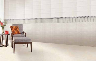 Màu gạch ốp chân tường đẹp, hài hòa với màu tường và gạch lát nền
